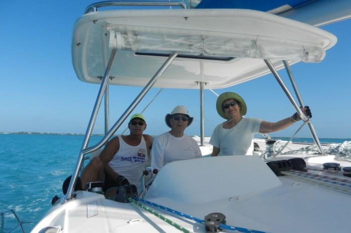 Blog3-Colgate-Offshore-Segeln-Abenteuer-Bahamas-drei-at-helm_700x465