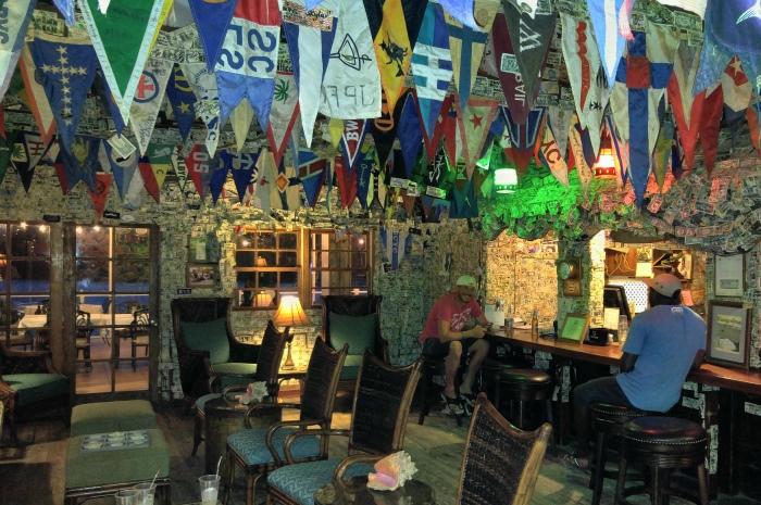 Blog9-Colgate-Offshore-Segeln-Abenteuer-Bahamas-Bar-burgees_700x465