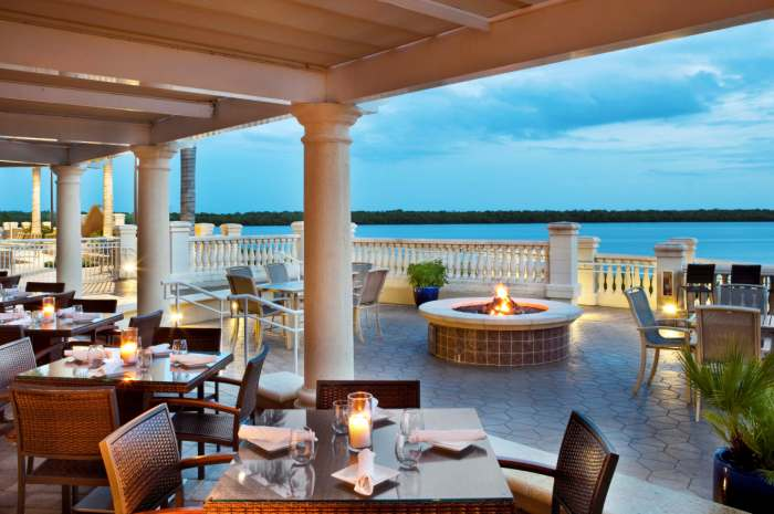 Westin-Marker-92-Waterfront-Bar-Bistro-Außen-patio_700x465