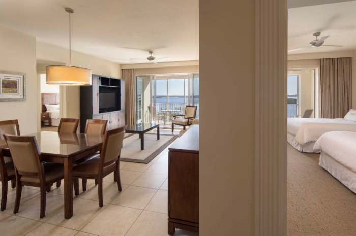 Westom-2-dormitorio-Suite-Living-Room_700x465